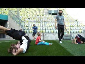 Trener Piotr Stokowiec trenuje z dziećmi