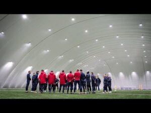 """Read more about the article Pierwszy raz """"pod balonem"""" – Kostas, Hubert i Mata trenują z zespołem"""