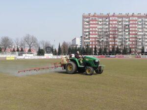 Wiosenne prace przy murawie na stadionie przy W22
