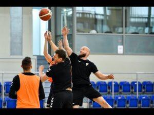 Powitanie zawodnika, siłownia i koszykówka. Hokeiści wracają do treningów