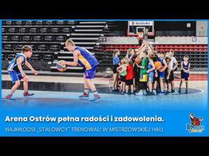 """Read more about the article Arena Ostrów pełna radości i zadowolenia. Najmłodsi ,,Stalowcy"""" trenowali w mistrzowskiej hali."""